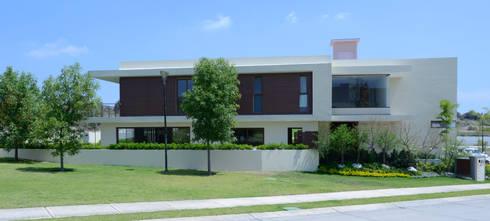 Fachada Casa GL : Casas de estilo moderno por VICTORIA PLASENCIA INTERIORISMO