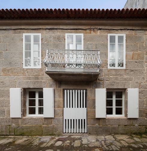 CASA AGUIRRE EN BAYONA: Casas de estilo moderno de carrascalblas