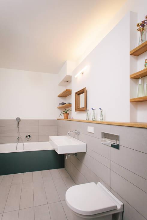 Aufstockung MFH, Köln:  Badezimmer von Jan Tenbücken Architekt