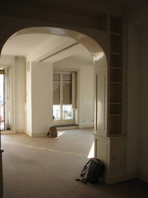 DUE ALLOGGI IN UNO IN CENTRO A MILANO: Soggiorno in stile in stile Moderno di ARCHITETTO MARIANTONIETTA CANEPA