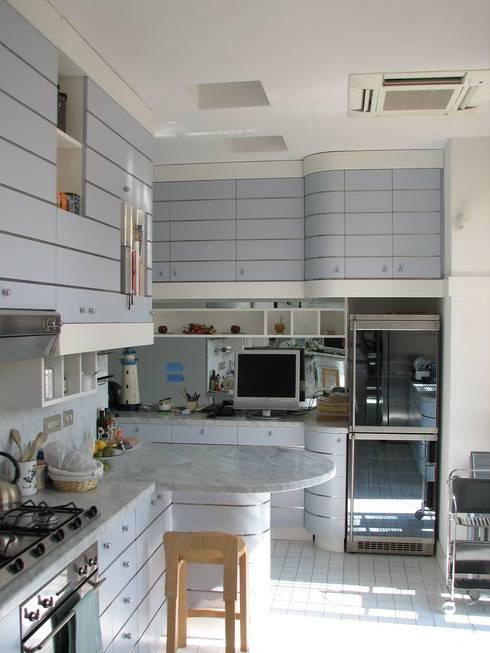 DUE ALLOGGI IN UNO IN CENTRO A MILANO: Cucina in stile in stile Moderno di ARCHITETTO MARIANTONIETTA CANEPA