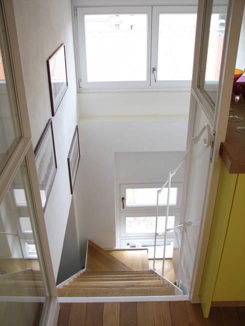 DUE ALLOGGI IN UNO IN CENTRO A MILANO: Ingresso & Corridoio in stile  di ARCHITETTO MARIANTONIETTA CANEPA