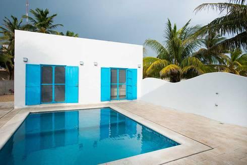 Villas Chuburná Puerto: Albercas de estilo mediterraneo por Arq Mobil