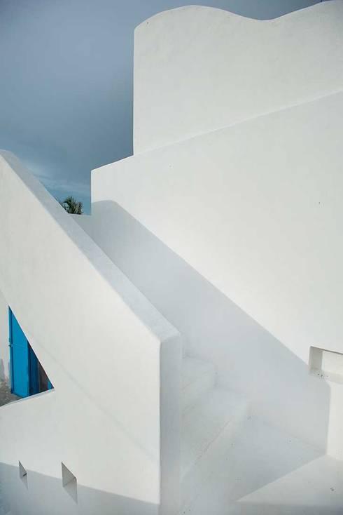 Villas Chuburná Puerto: Pasillos y recibidores de estilo  por Arq Mobil