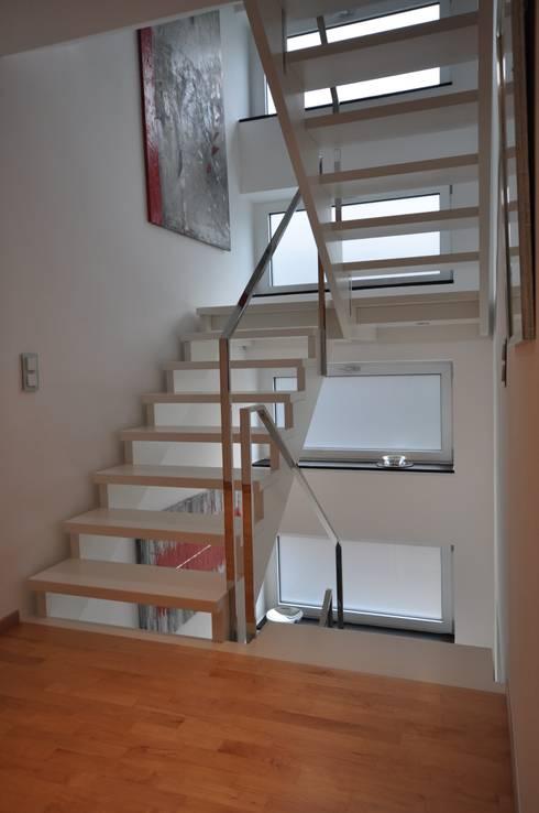 hochglanzpoliertes edelstahlgel nder auf wei er holztreppe von metallmanufaktur m van de weyer. Black Bedroom Furniture Sets. Home Design Ideas