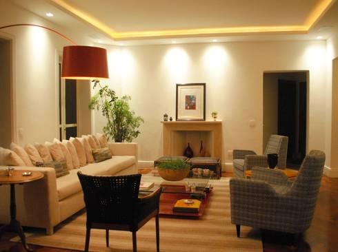 APARTAMENTO PLACE DES VOSGES: Salas de estar modernas por GABRIEL HERING