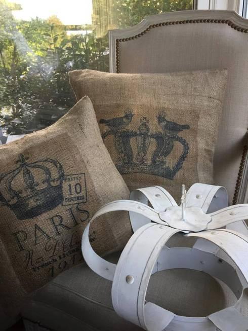 Almohadones rusticos de arpillera.: Hogar de estilo  por Lola Eme Deco