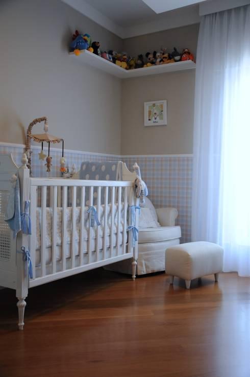 Quarto do Bebê: Quarto infantil  por Clô Vieira Design de Interiores