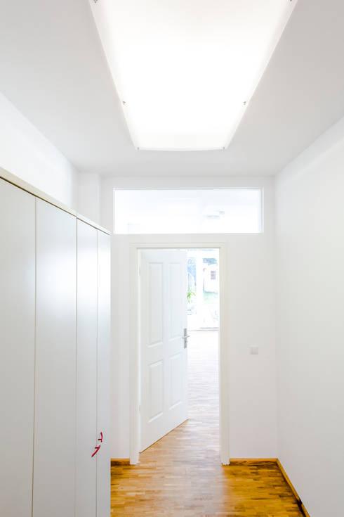 Ladenlokal EG, Detail Lichtkonzept:  Flur & Diele von mw-architektin