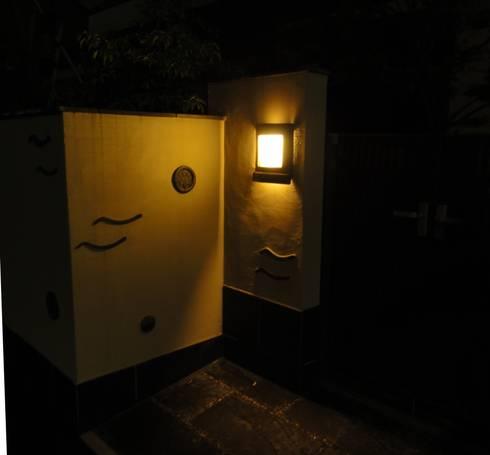 瓦の照明(点灯時): 木村博明 株式会社木村グリーンガーデナーが手掛けた庭です。
