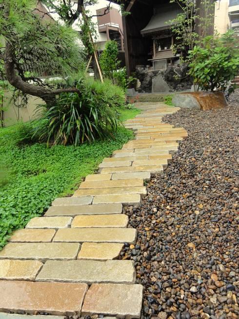 社と通路: 木村博明 株式会社木村グリーンガーデナーが手掛けた庭です。