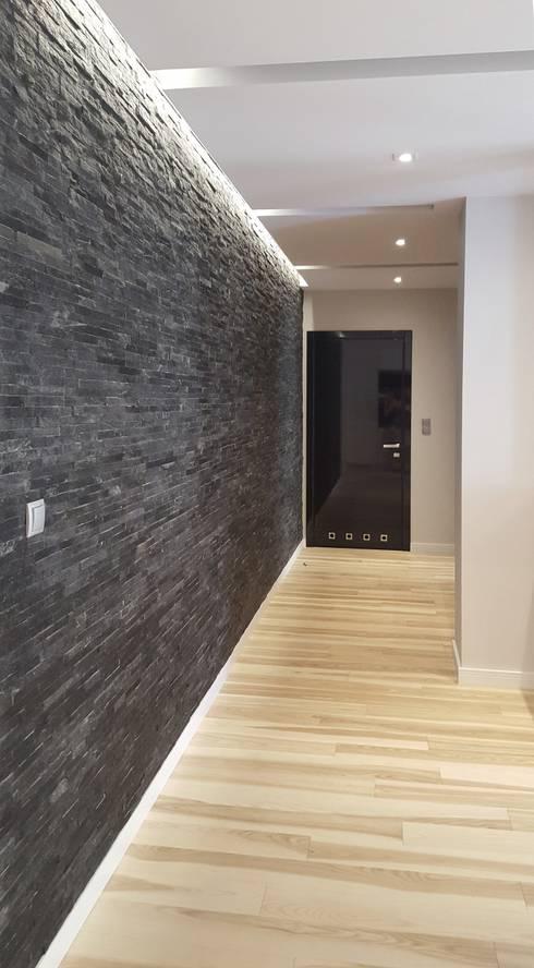 Spokojny apartament na Pańskiej w Warszawie: styl , w kategorii Korytarz, hol i schody zaprojektowany przez project art