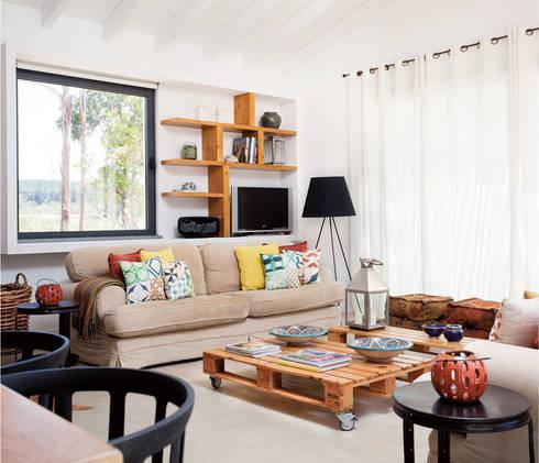 Sala: Salas de estar rústicas por LAVRADIO DESIGN
