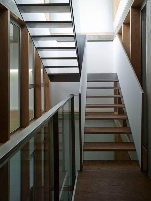 VIVIENDA EN CASTELLAR: Pasillos y vestíbulos de estilo  de daia arquitectes slp