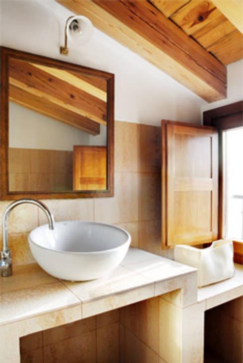 Casas EPPD: Baños de estilo  de Jacobo Lladó Estudio de Arquitectura