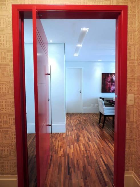 Seja bem vindo!: Corredores e halls de entrada  por Adriana Pierantoni Arquitetura & Design