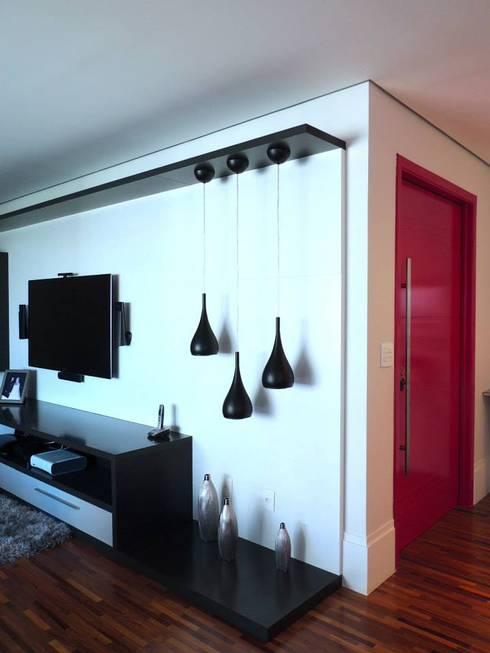 Detalhe das luminárias do Home: Salas multimídia modernas por Adriana Pierantoni Arquitetura & Design