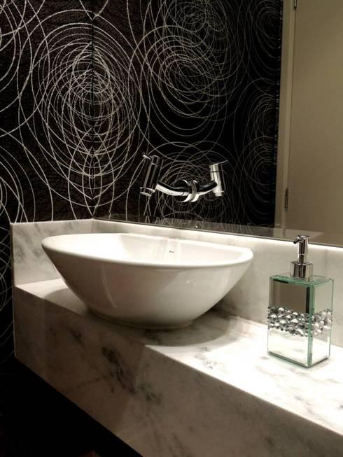 Lavabo ganhou sofisticação com o papel de parede preto prateado: Banheiros modernos por Adriana Pierantoni Arquitetura & Design