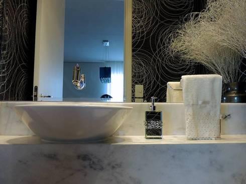Lavabo Preto & Branco: Banheiros modernos por Adriana Pierantoni Arquitetura & Design