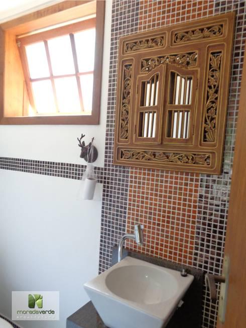 Casas de banho campestres por Moradaverde Arquitetura