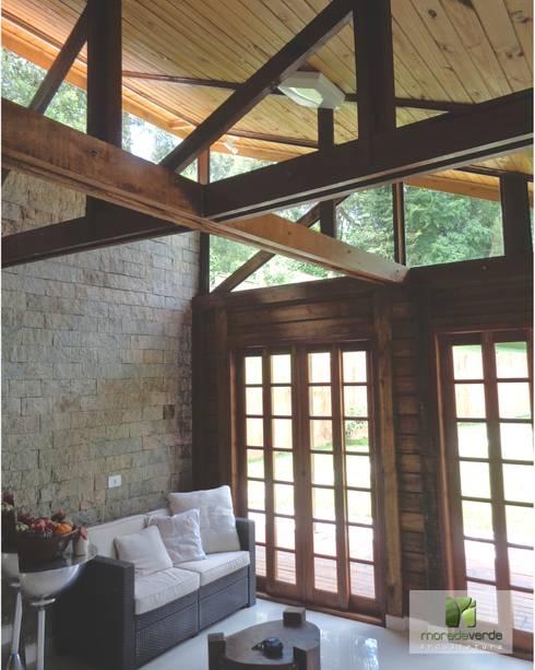 Salas de estar campestres por Moradaverde Arquitetura