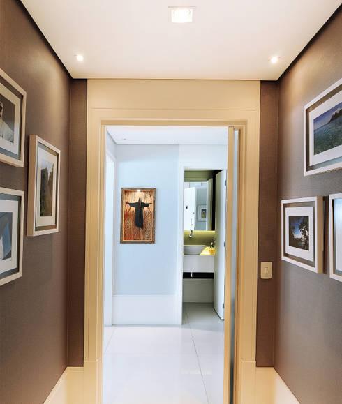 MOEMA/SP: Corredores e halls de entrada  por Thaisa Camargo Arquitetura e Interiores