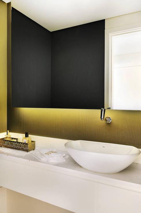 MOEMA/SP: Banheiros ecléticos por Thaisa Camargo Arquitetura e Interiores