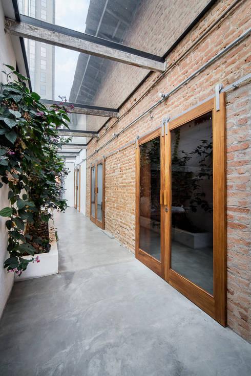 osmose cw: Espaços comerciais  por Casa100 Arquitetura