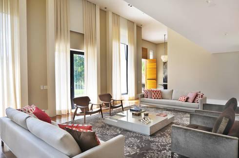 Arquitetura e Interiores: Salas de estar modernas por BRENO SANTIAGO ARQUITETURA E INTERIORES
