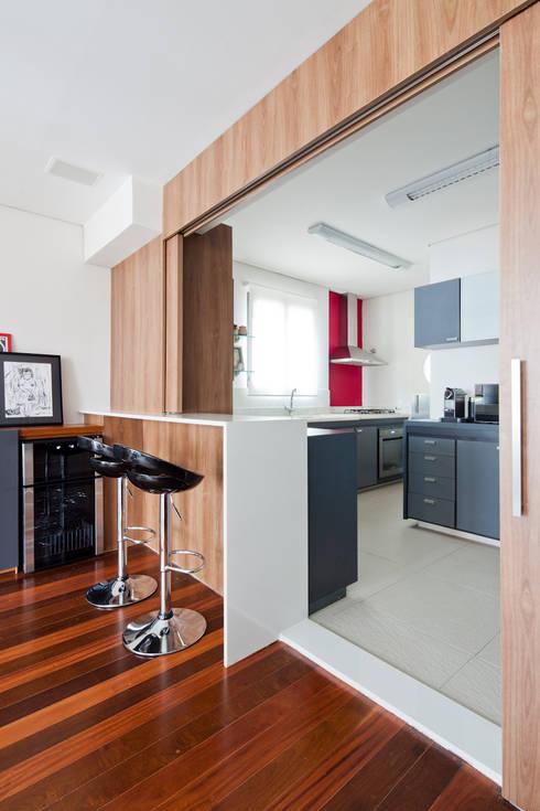 Apartamento Pinheiros: Cozinhas minimalistas por Laranja Lima Arquitetura