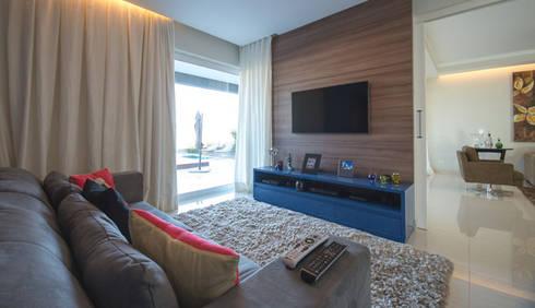 Residência - Tamboré: Salas multimídia modernas por Moran e Anders Arquitetura