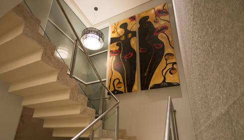 Residência - Tamboré: Corredores e halls de entrada  por Moran e Anders Arquitetura