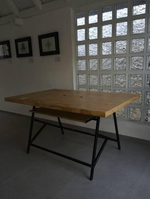 Escritorio RINO: Oficinas y tiendas de estilo  por Metal & Wood