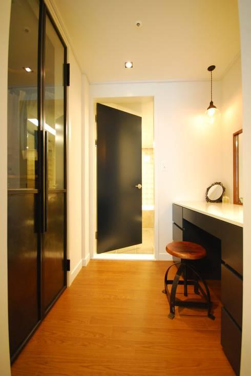 모던함 속 공간마다 다른 색을 가진 신혼집 리모델링 & 홈스타일링: (주)바오미다의  드레스 룸