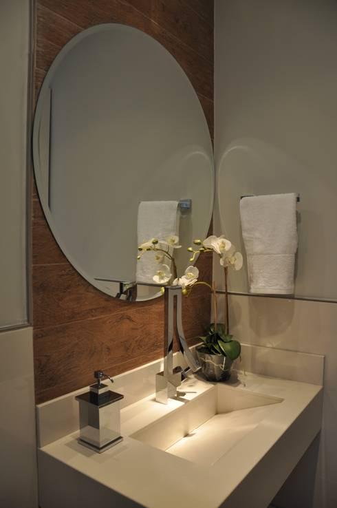 Baños de estilo  por Varinia Schwartz Arquitetura & Interiores