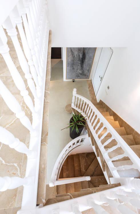 Reforma integral de una  villa situada en Mallorca: Pasillos y vestíbulos de estilo  de ISLABAU constructora