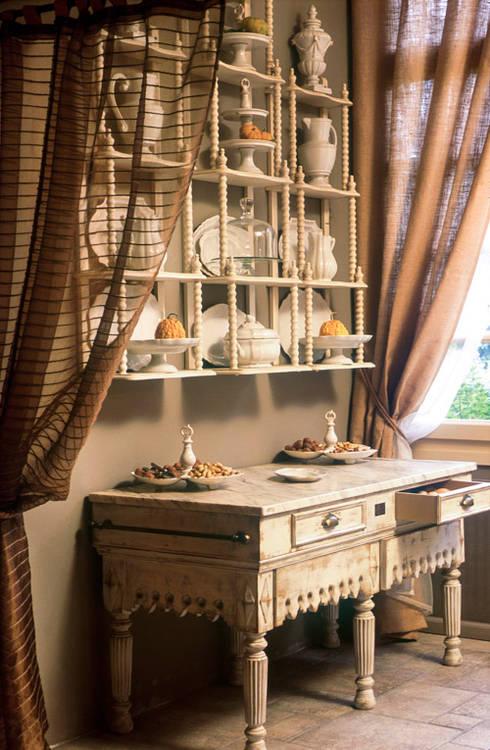 Piattaia: Cucina in stile in stile Rustico di Anna Paghera s.r.l. - Interior Design
