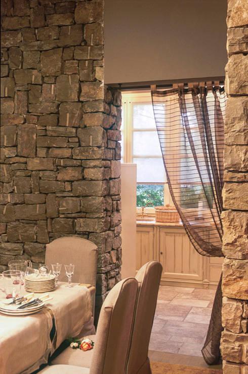 Sala da pranzo : Sala da pranzo in stile in stile Rustico di Anna Paghera s.r.l. - Interior Design