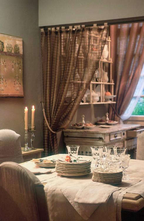 Sala da pranzo e piattiera: Sala da pranzo in stile  di Anna Paghera s.r.l. - Interior Design