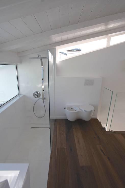 Wc bidet: Bagno in stile in stile Moderno di Mangodesign