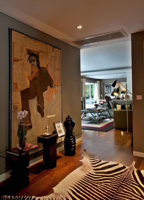 Apartamento em Cascais: Corredores e halls de entrada  por Pureza Magalhães, Arquitectura e Design de Interiores
