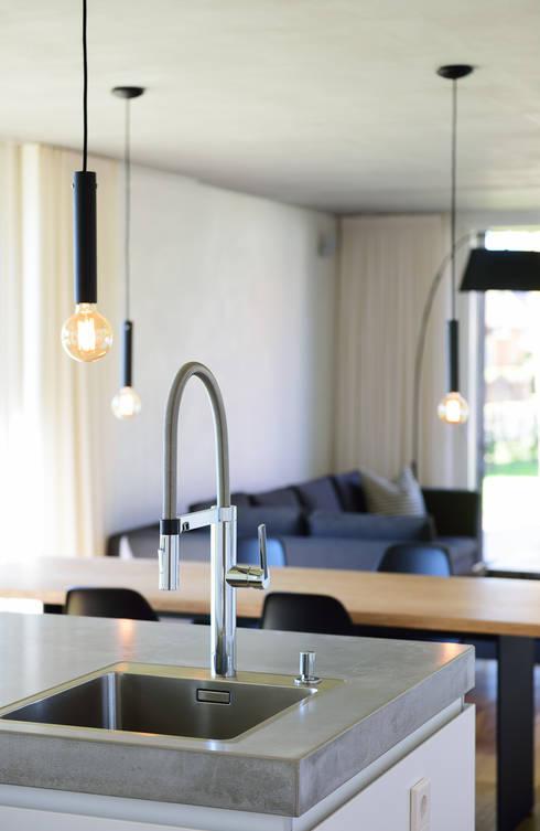 Cucina in stile in stile Moderno di Möhring Architekten
