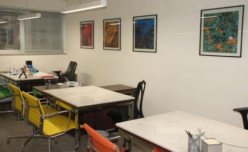 Sala dos diretores: Espaços comerciais  por Peixoto Arquitetos Associados