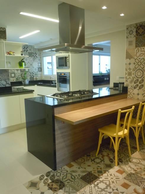 Bancada ilha: Cozinha  por Flávia Brandão - arquitetura, interiores e obras