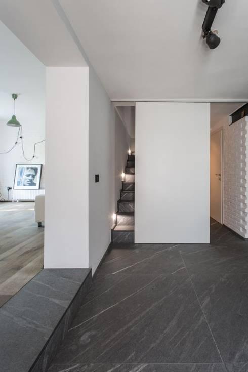 Giò&Marci: Ingresso & Corridoio in stile  di km 429 architettura