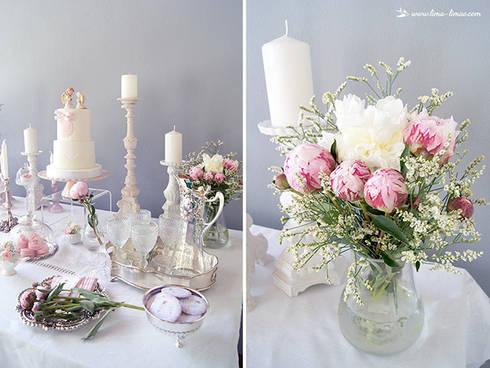 As peónias foram as flores de eleição.: Sala de jantar  por Lima Limão-  Festas com charme