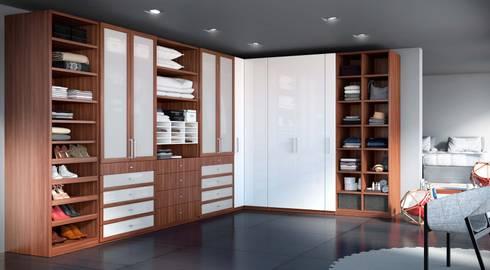 Vestidores y Closets: Vestíbulos, pasillos y escaleras de estilo  por Interioriza