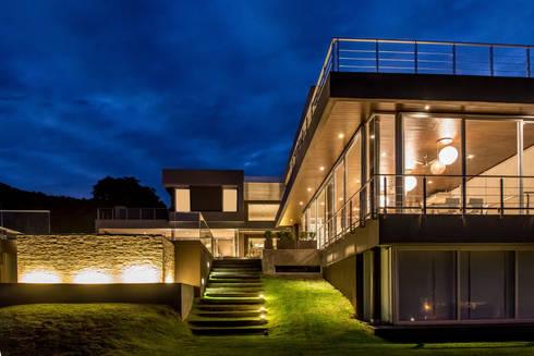 Casa MAS: Piletas de estilo moderno por Saez Sanchez. Arquitectos