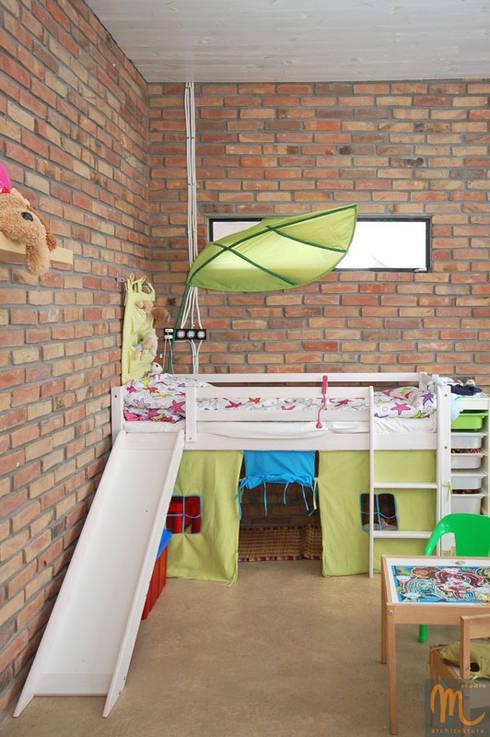 W drewniaku: styl , w kategorii Pokój dziecięcy zaprojektowany przez studio m Katarzyna Kosieradzka
