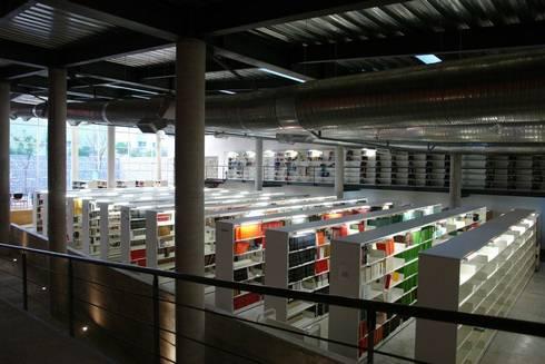 Centro Académico Cultural: Estudios y oficinas de estilo moderno por Elías Arquitectura